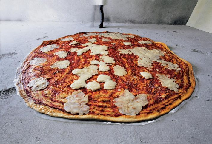 "Paola Pivi,""Pizza"" 1998, Courtesy Galerie Perrotin"
